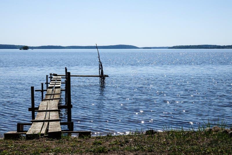 一个小跳船/码头在湖 免版税库存图片