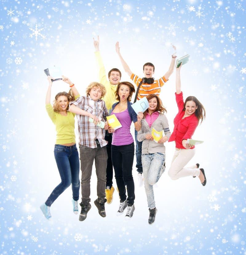 一个小组多雪的背景的年轻少年 图库摄影