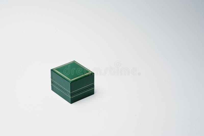 一个小绿色箱子的特写镜头照片在白色背景的 库存照片
