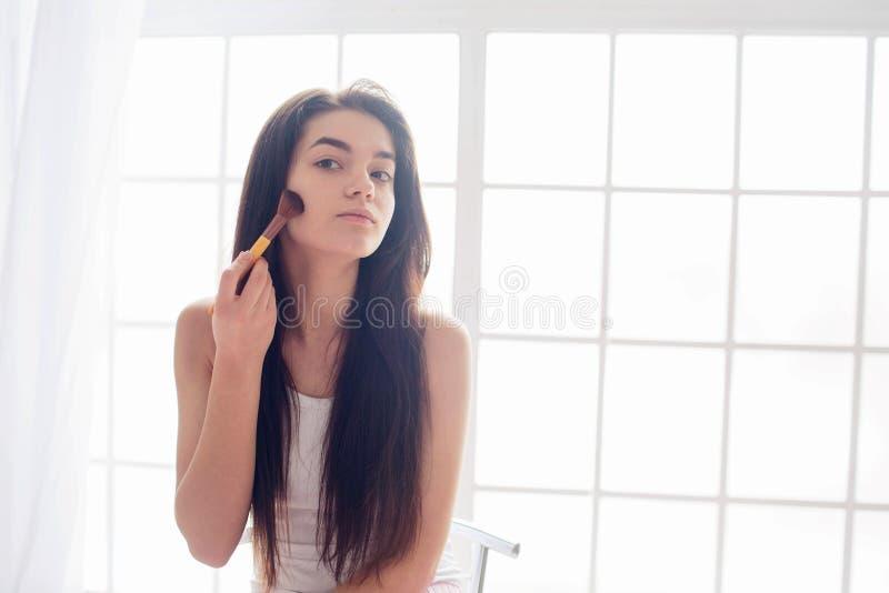 一个少妇和早晨构成的护肤 免版税图库摄影