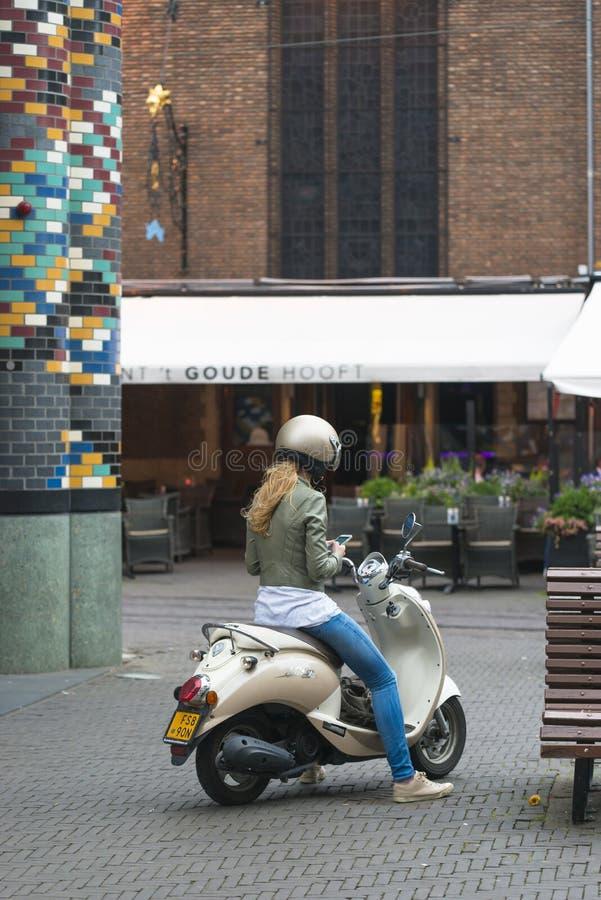 一个少妇坐她的摩托车 库存照片