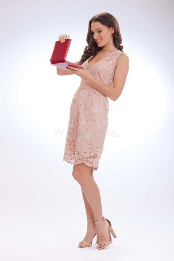 一个少妇的全长画象一件桃红色礼服的 免版税图库摄影