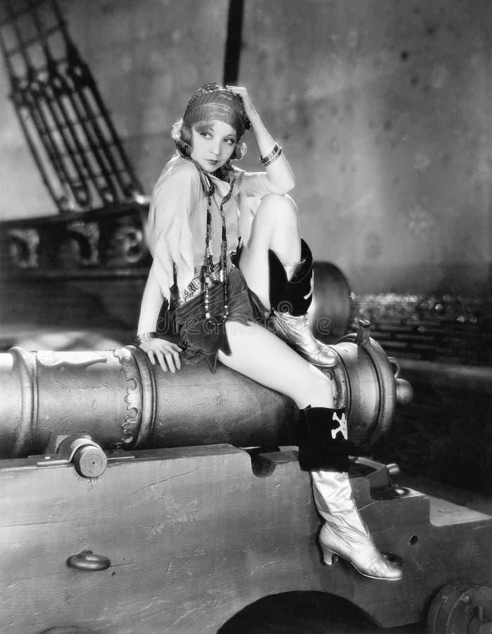 一个少妇的档案坐大炮和认为(所有人被描述不更长生存,并且庄园不存在 suppl 免版税库存图片