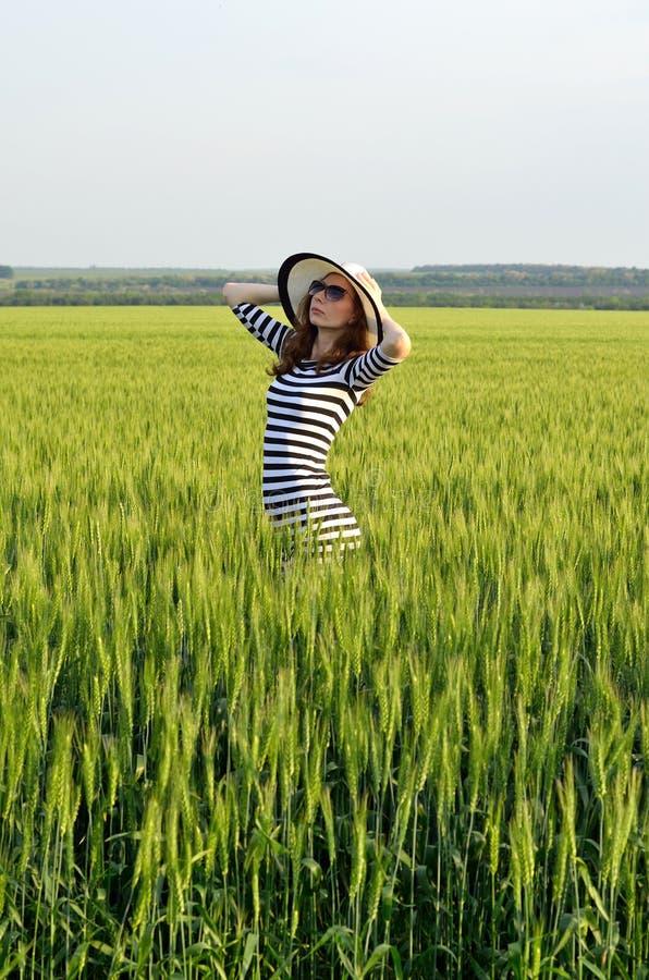 一个少妇的浪漫图象帽子和太阳镜的 免版税库存图片