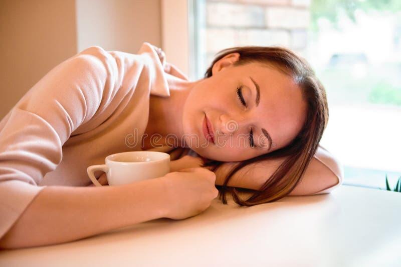 日本成人少妇xx故事_一个少妇的画象咖啡馆的 库存照片. 图片 包括有 成人