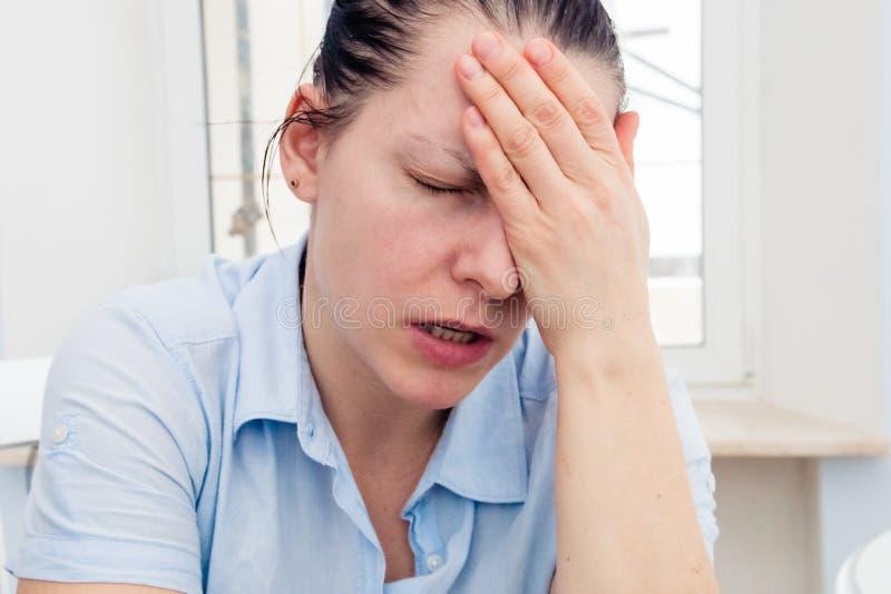 一个少妇的画象有头疼,偏头痛 免版税库存照片