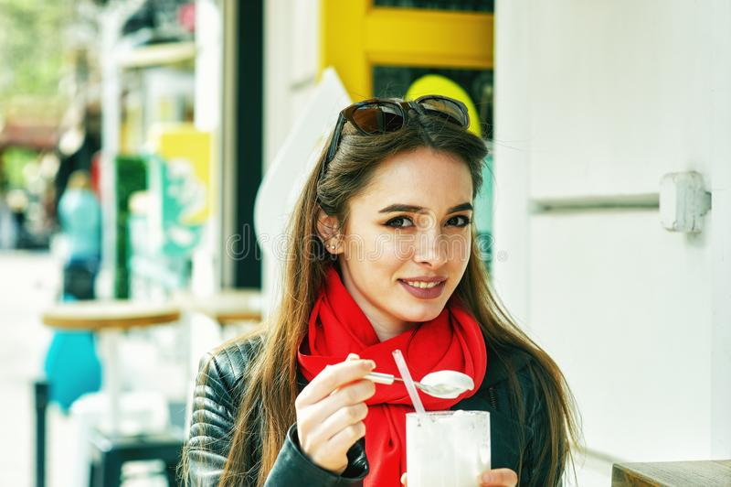 一个少妇的画象街道咖啡馆的 女孩在城镇里 库存照片