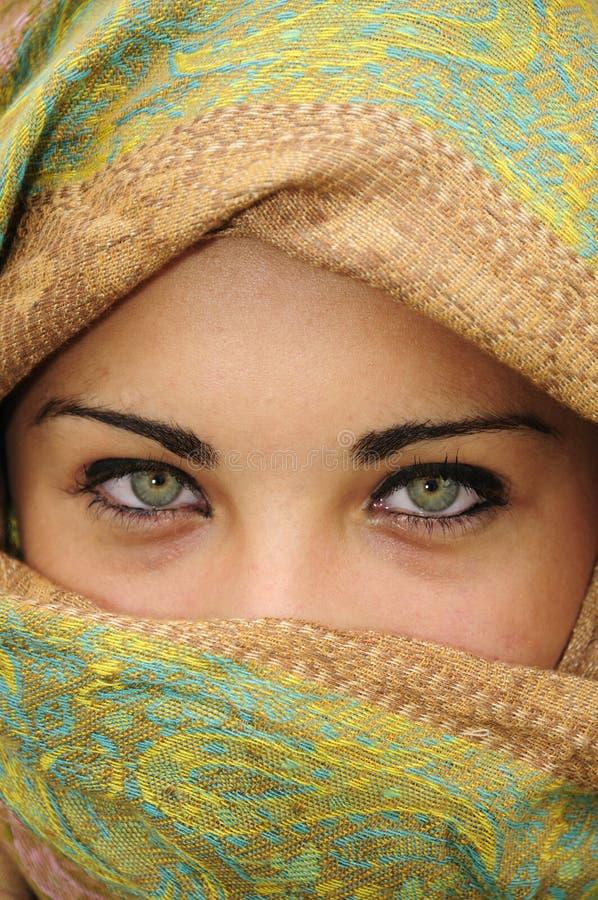 一个少妇的美丽的眼睛的特写镜头 免版税库存照片