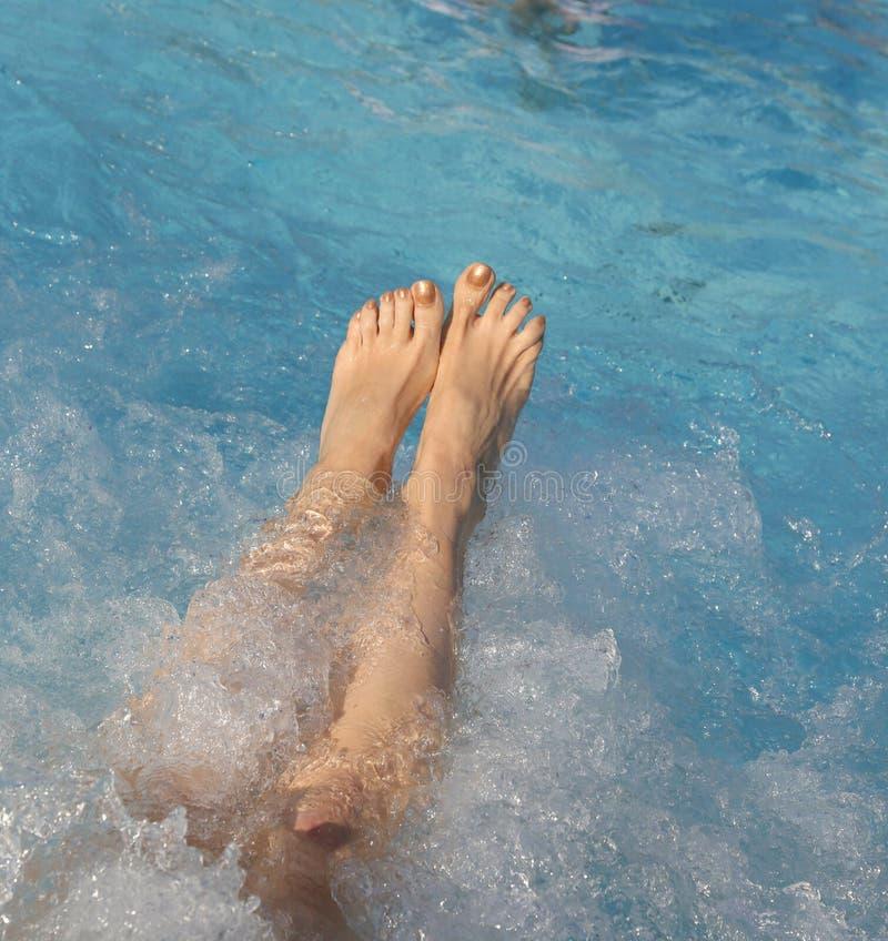 一个少妇的脚有钉子的与在旋涡期间的搪瓷 图库摄影
