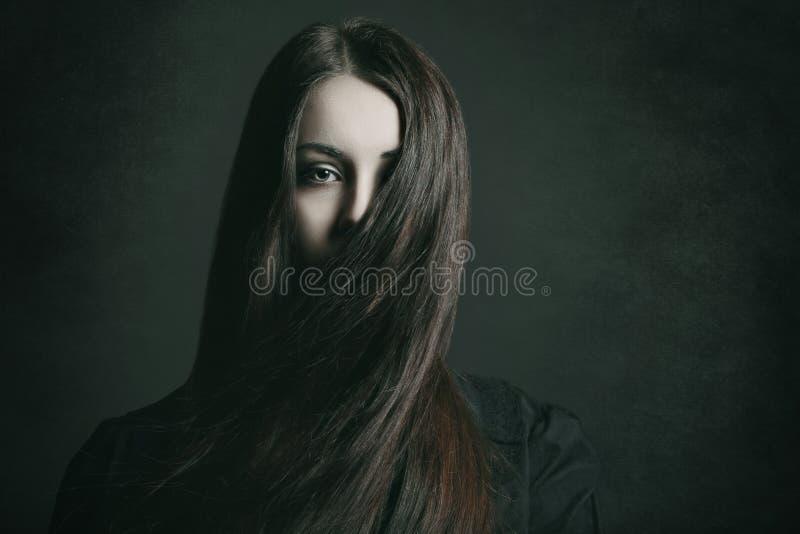 一个少妇的黑暗的画象 免版税库存图片