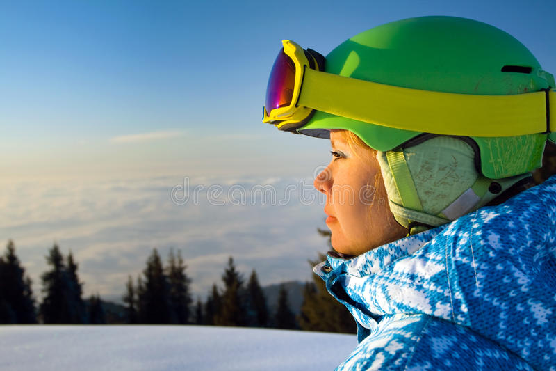 一个少妇的画象在云彩上的在日落 免版税库存图片