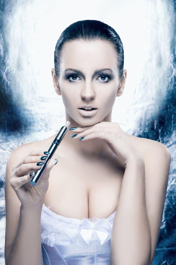 一个少妇的画象有e香烟的 免版税图库摄影