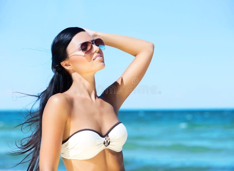 海滩丰满荡妇完整版_一个少妇的画象海滩的.