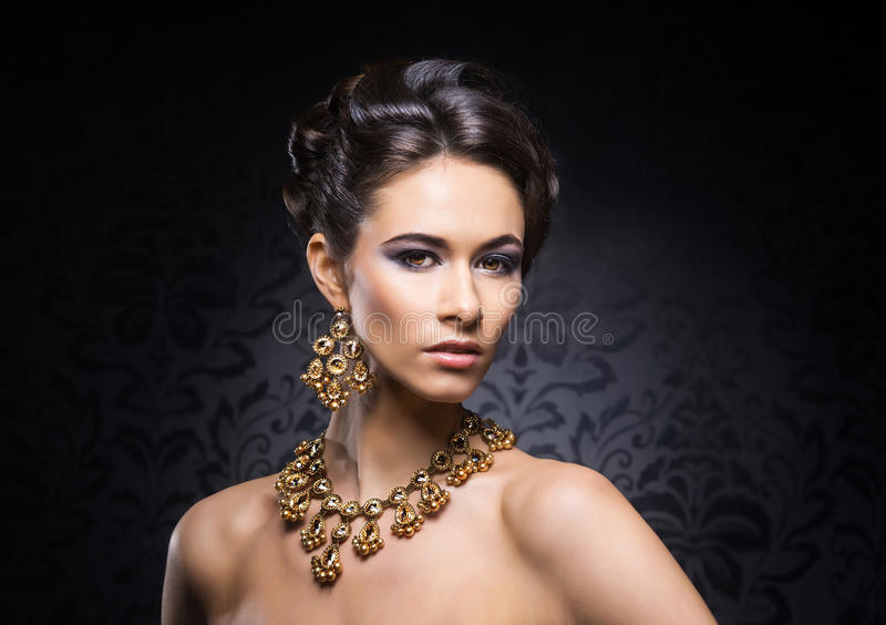 一个少妇的画象珠宝和构成的 免版税库存照片