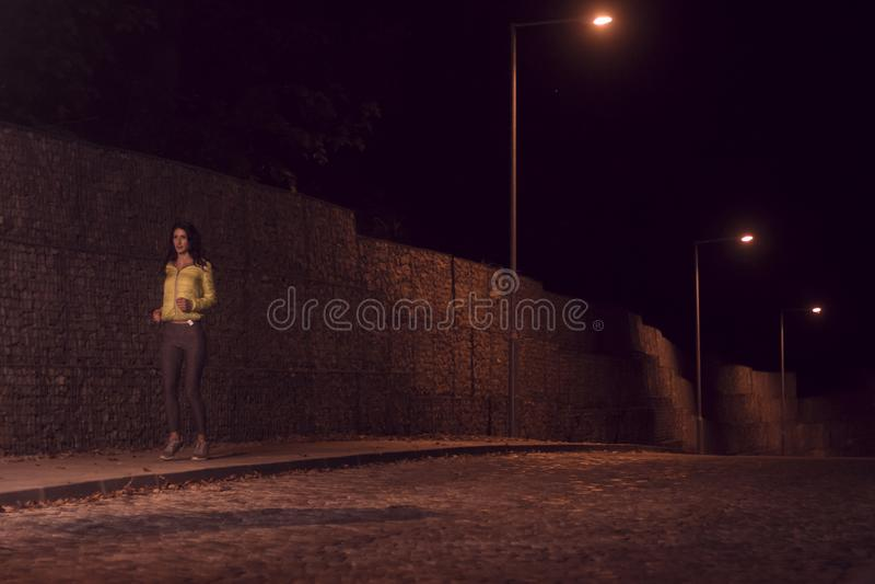 一个少妇,单独一个人,跑步的边路,户外ni 免版税库存照片