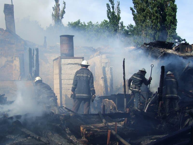 消防人员在公寓里熄灭火 库存照片