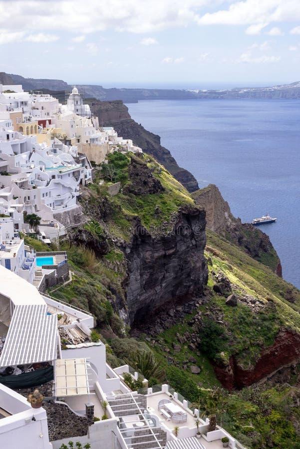 一个山坡的白色传统希腊房子在圣托里尼海岛上  免版税库存照片