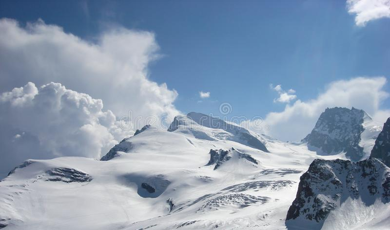 一个山风景的全景视图在Zermaat附近的与著名Strahlhorn峰顶 免版税库存照片