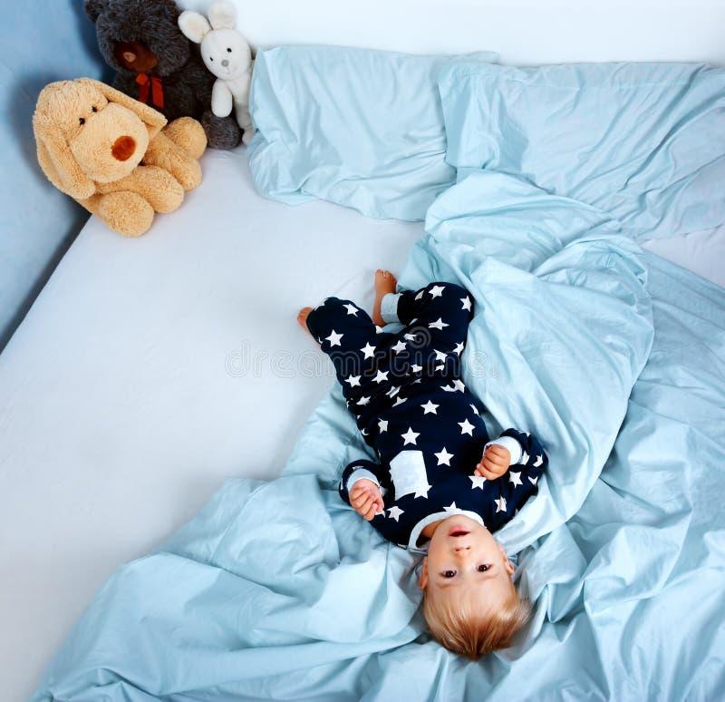 一个岁婴孩在床上 免版税库存照片