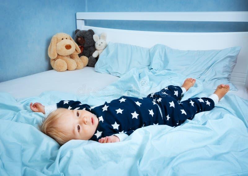 一个岁婴孩在床上 库存照片