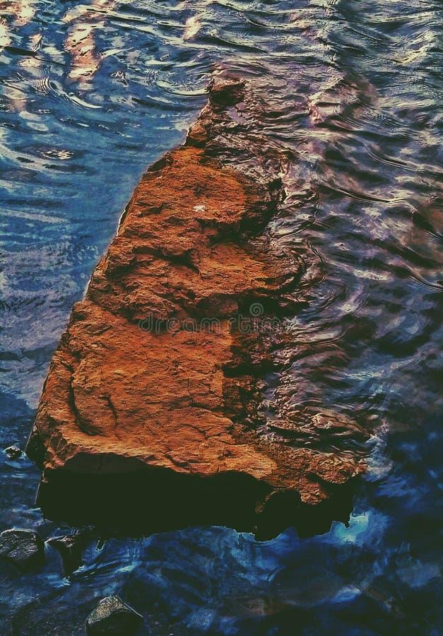 一个岩石的一张美好的艺术性的图片在水中 库存图片