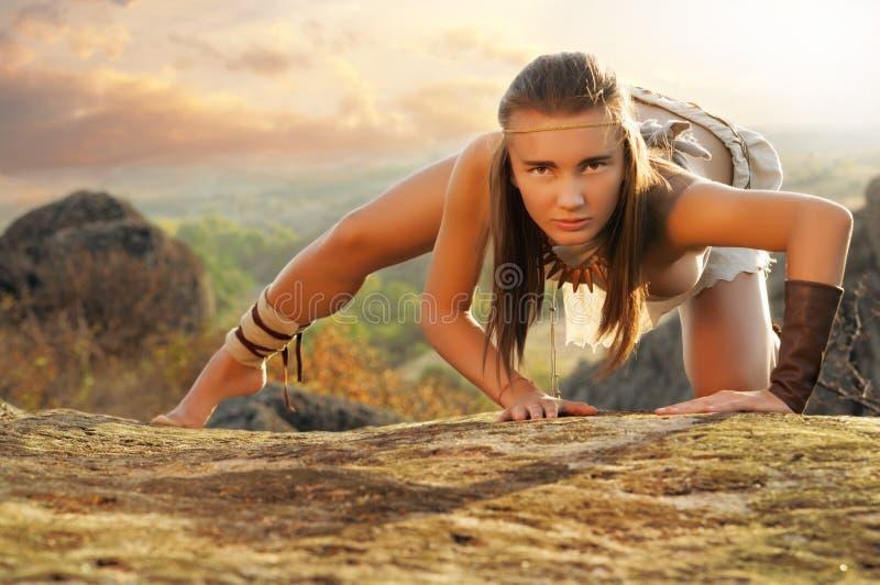 一个岩石的原始妇女在日落 亚马逊妇女 免版税图库摄影