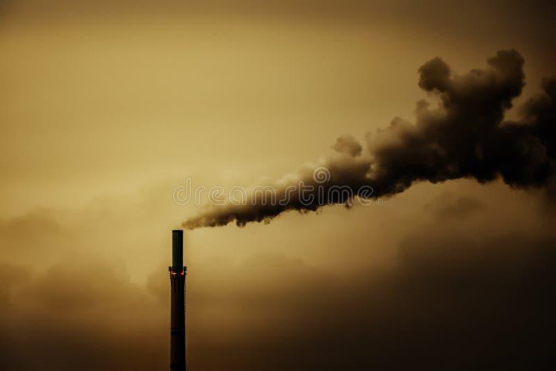 一个工业大气污染烟烟囱 免版税图库摄影