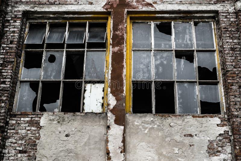 一个工业被放弃的大厦的残破的窗口 库存照片