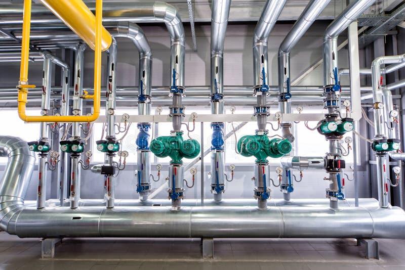 一个工业锅炉、管道系统、泵浦和马达的内部