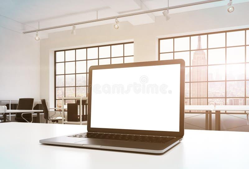 一个工作场所在一个明亮的现代办公室 一张运转的书桌装备有白色拷贝空间的一台现代膝上型计算机在屏幕 Docs s 库存例证
