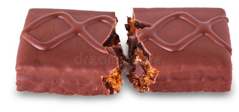 一个巧克力块用在一半&焦糖打破的饼干 免版税库存图片