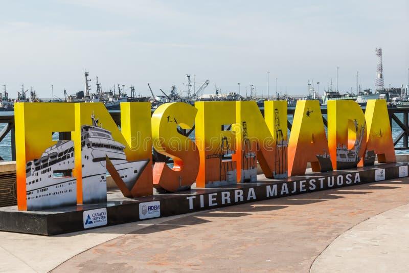 一个巨型五颜六色的标志欢迎访客到恩森那达,墨西哥 免版税库存照片