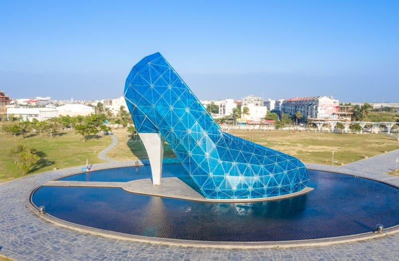 一个巨型蓝色玻璃婚姻的教会被塑造象一只高跟鞋在台湾嘉义,鸟瞰图 定期流逝摄影 免版税图库摄影