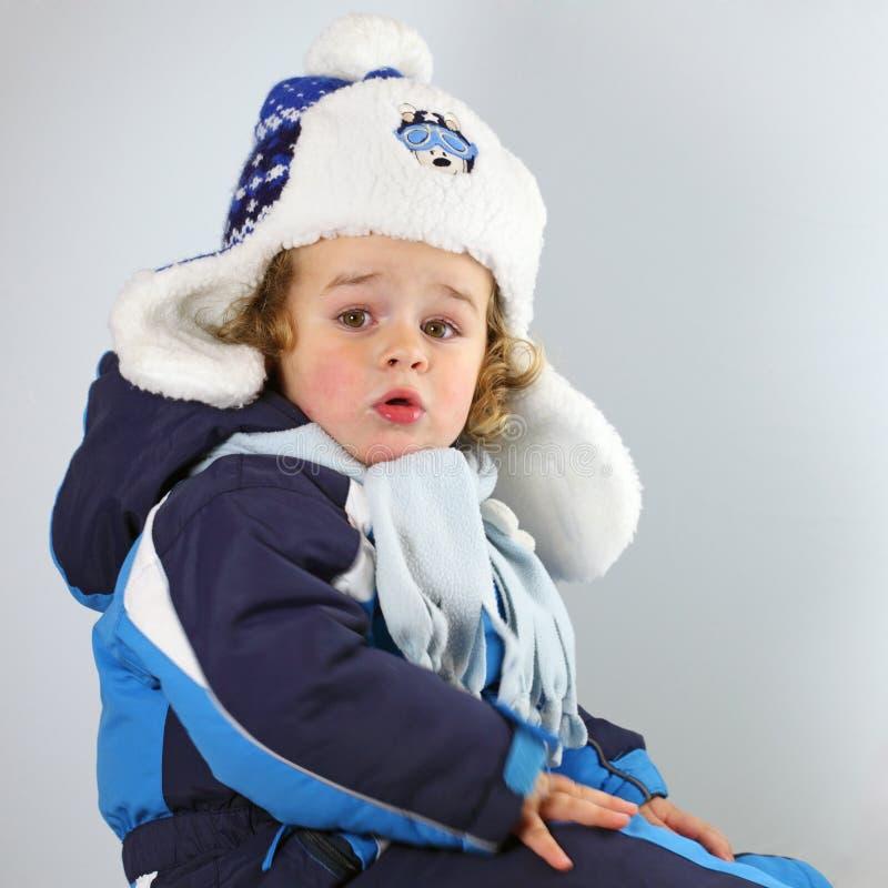 一个巨大的帽子的愉快的矮小的婴孩在空白blackground 库存照片