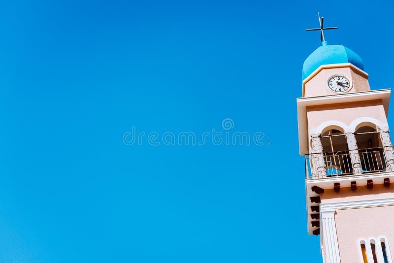 一个希腊教会的蓝色圆顶有钟楼的反对一深天空蔚蓝 免版税图库摄影
