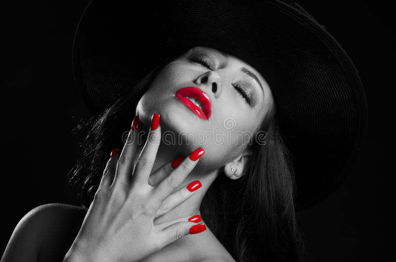 戴一个帽子,在大反差黑白的美丽,时髦的妇女 图库摄影