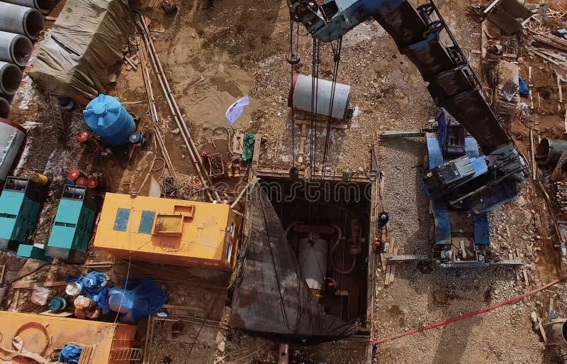 一个平台用管道操作的设备 管子渗透 库存图片
