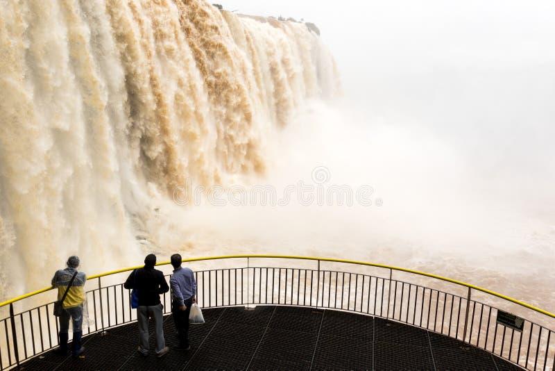 一个平台的游人在从巴西的伊瓜苏瀑布veiw 免版税库存图片