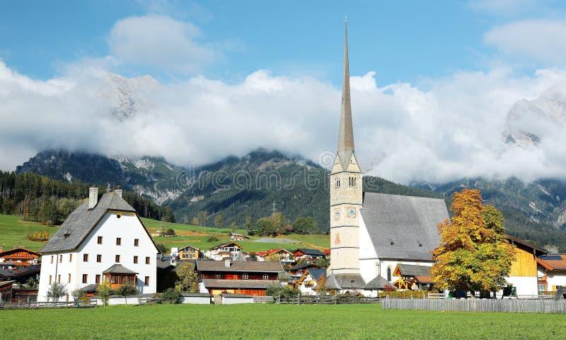 一个平安的村庄和一个教会由Hochkoenig山在奥地利| 库存照片