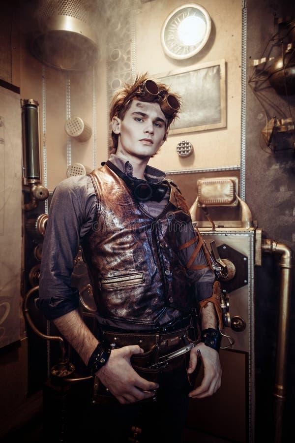 一个年轻与mechanica的steampunk人佩带的玻璃的画象 免版税库存照片