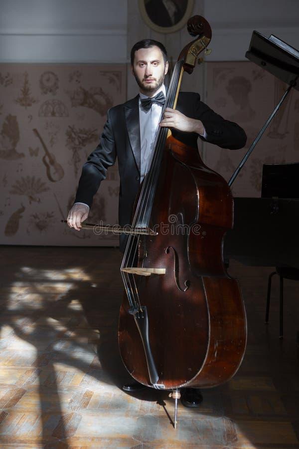 一个年轻人播放一个低音提琴 免版税库存图片