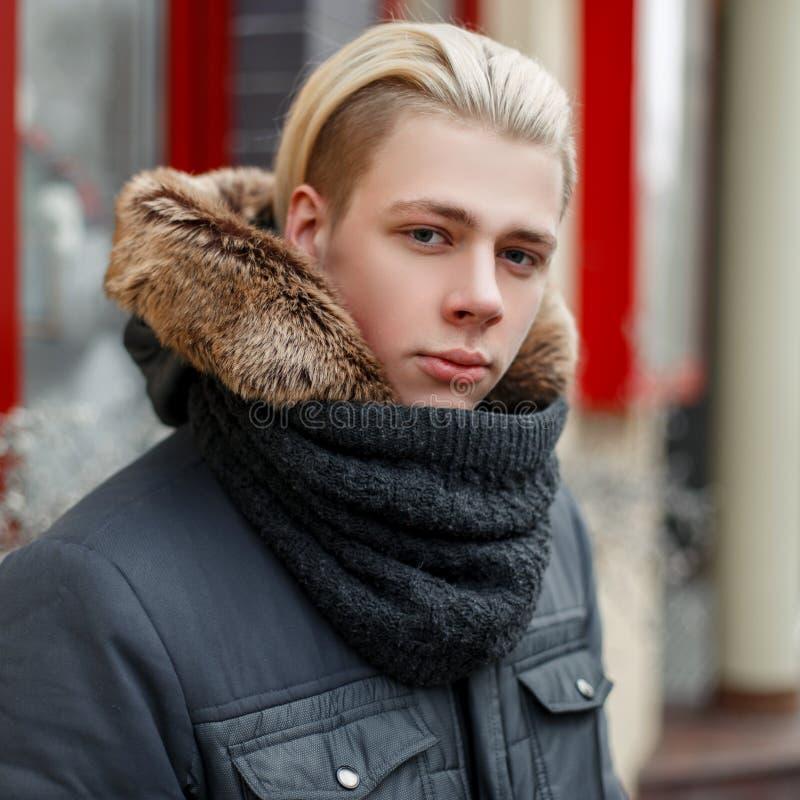 一个年轻人的冬天画象有一种时髦的发型的 免版税图库摄影