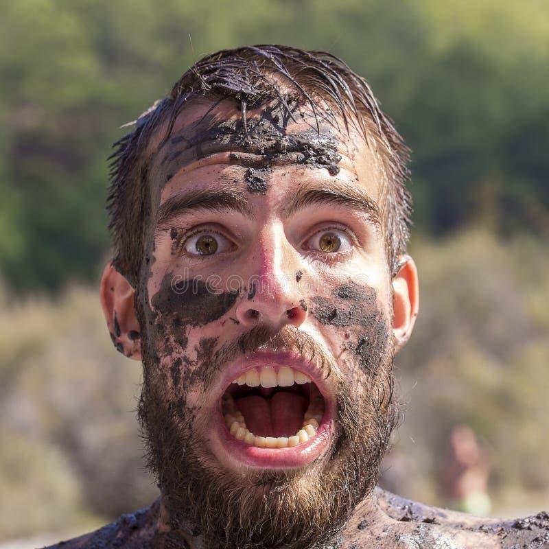 一个年轻人的画象有一个肮脏的污点的与在自然的一个胡子在夏日 图库摄影