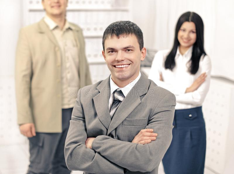一个年轻办工室职员的画象,背景的  免版税库存照片