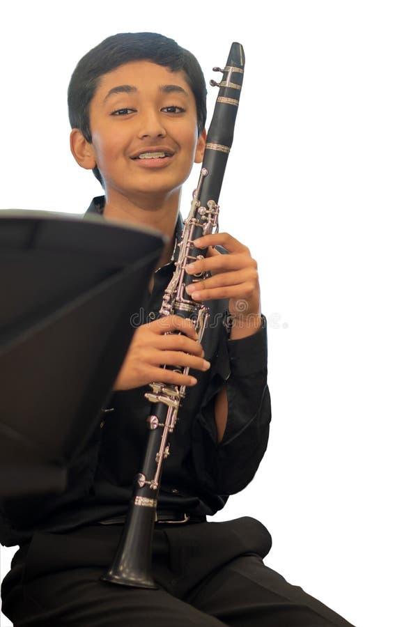 一个年轻单簧管球员的画象学校音乐会的 免版税库存图片