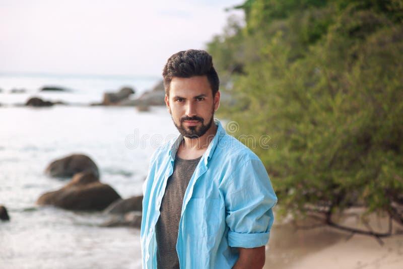 一个年轻可爱的时髦的男性的画象与胡子混合的族种西班牙人,室外 免版税图库摄影
