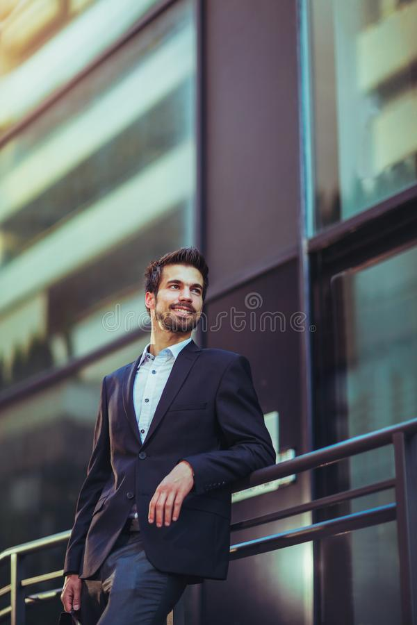 一个年轻愉快的商人的画象外面 图库摄影