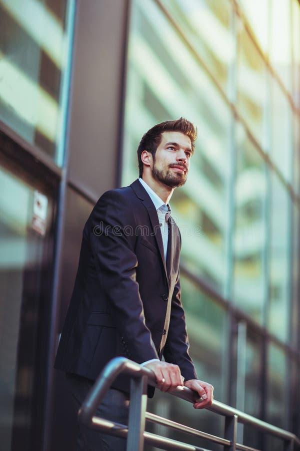 一个年轻愉快的商人的画象外面 库存图片