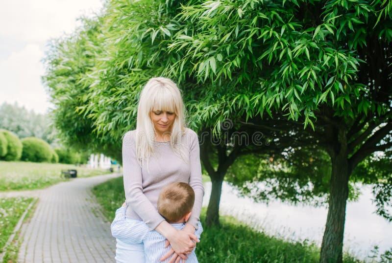 一个年轻愉快的母亲和她的小儿子的画象 免版税图库摄影