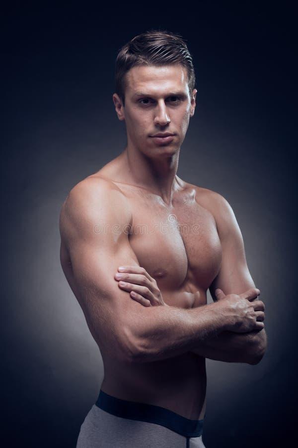 一个年轻成人人,白种人,健身模型,强健的身体,嘘 免版税库存图片
